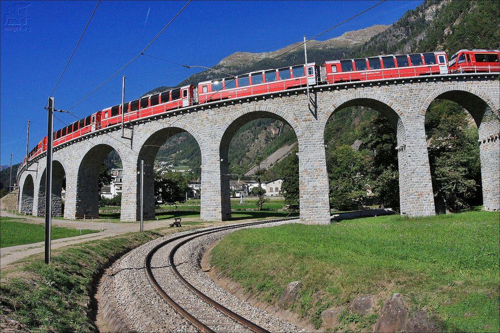 O viaduto em espiral Brusio na Suiça